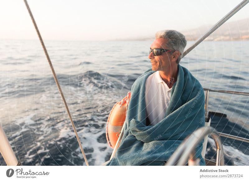 Lächelnder Mann im Handtuch auf der Yacht auf dem Wasser Jacht Erwachsene Meer fliegend Schönes Wetter Wasserfahrzeug teuer Sonnenbrille aussruhen positiv