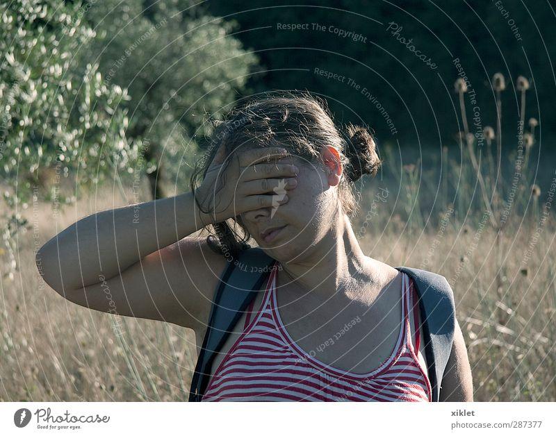 Exkursion Sommerurlaub wandern Junge Frau Jugendliche 1 Mensch Wärme Blume Sträucher Feld T-Shirt kurzhaarig laufen Blick frei grün rot Scham Hemmung