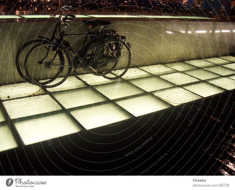 Räder II Fahrrad Lampe Amsterdam Niederlande Nacht dunkel Verkehr Bodenbelag Regen