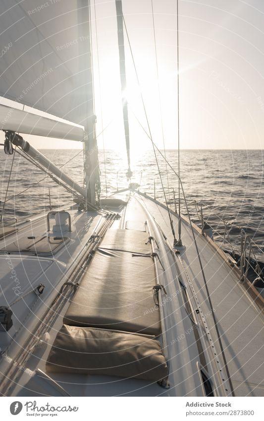 Sitze auf der Nase der Yacht auf dem Wasser Jacht Schiff Meer Wasserfahrzeug teuer fliegend Schönes Wetter Reichtum Ferien & Urlaub & Reisen Kreuzfahrt