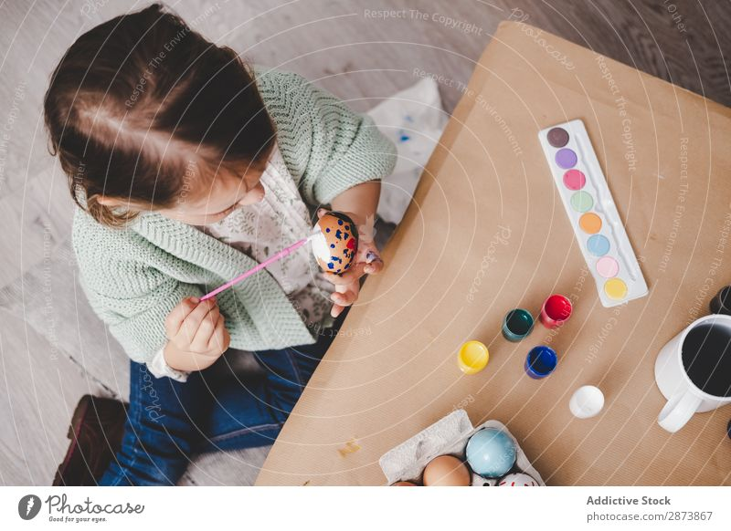 Mädchenfärbung Hühnerei am Tisch Ostern Ei Färbung Gemälde Bürste Kind Farbe Frühling Hähnchen Ferien & Urlaub & Reisen Dekoration & Verzierung mehrfarbig