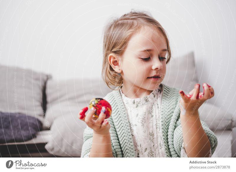 Mädchen mit Händen in Farben bemalt Hühnerei Ostern Ei Gemälde Hand Sofa Kind Hähnchen lustig Frühling Ferien & Urlaub & Reisen Dekoration & Verzierung