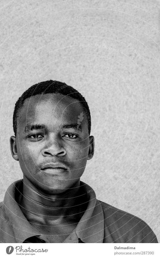 Mussa Mensch Jugendliche Mann schwarz Junger Mann Gesicht Erwachsene 18-30 Jahre Leben Traurigkeit Freundschaft maskulin 13-18 Jahre T-Shirt Afrika ernst
