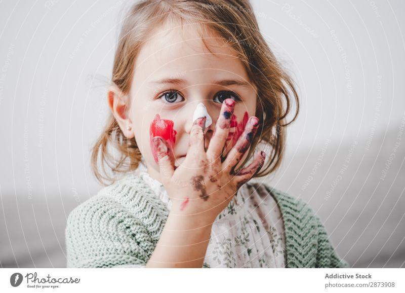 Mädchen mit schmutzigen Händen färbt Gesicht Hand dreckig Färbung malen lustig Kind Dekoration & Verzierung mehrfarbig hell Frau Kindheit Vorbereitung Handwerk