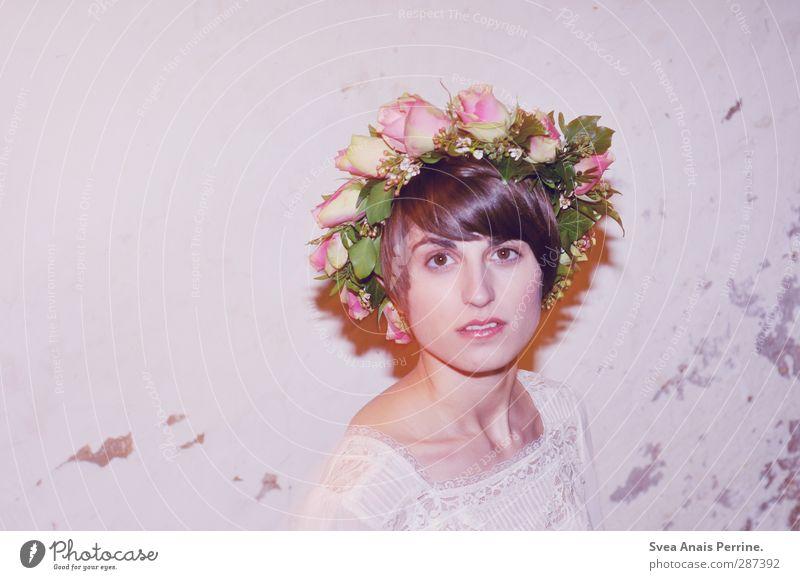 kitsch,kitsch,kitsch! feminin Junge Frau Jugendliche Kopf Haare & Frisuren Gesicht 1 Mensch 18-30 Jahre Erwachsene Blume Rose Blatt Blüte Rosenkranz Blumenkranz