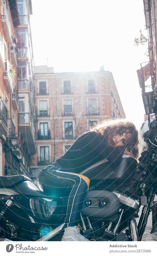 Junge Frau auf einem Custom-Motorrad Gesicht Stil Reiter Freiheit Café-Rennfahrer attraktiv Stadt Großstadt altehrwürdig Mode Model Helm Mädchen Jugendliche
