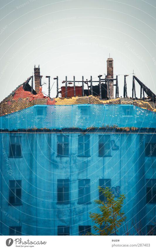 Offen für Neues Himmel blau alt Haus Umwelt Fenster Wand Architektur Mauer Gebäude Stein Fassade dreckig kaputt trist Dach