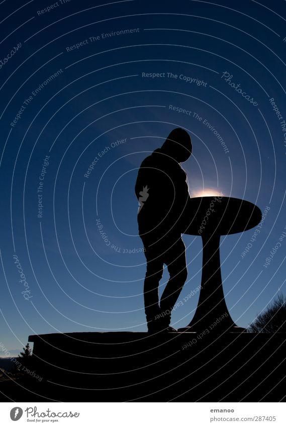 Tischlampe Mensch Himmel Natur Mann blau Ferien & Urlaub & Reisen Landschaft schwarz Erwachsene Berge u. Gebirge oben Wetter Klima Freizeit & Hobby wandern stehen