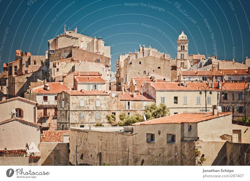 Bonifacio Korsika Stadt Hauptstadt Altstadt bevölkert Haus Gebäude Architektur alt Tourismus Urlaubsort Blauer Himmel Wärme Süden Frankreich Hügel Dach Wohnhaus