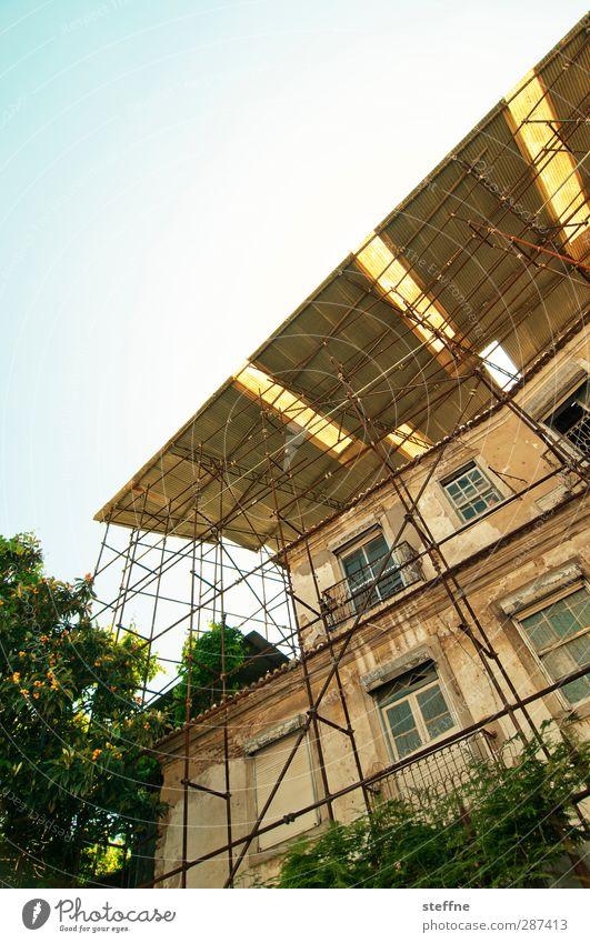 vordach Sommer Haus Fassade ästhetisch Altstadt bauen Renovieren Portugal Gerüst Lissabon