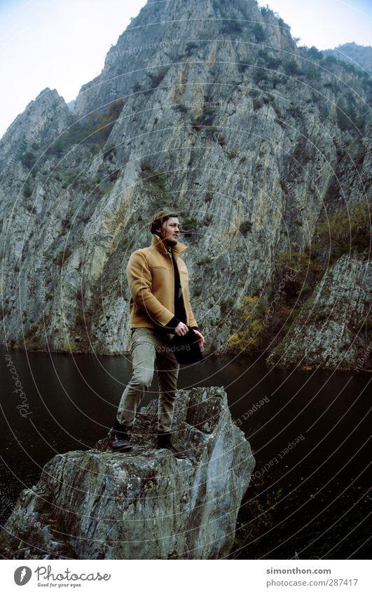 Reisen Mensch Natur Jugendliche Ferien & Urlaub & Reisen Landschaft Ferne 18-30 Jahre Erwachsene Berge u. Gebirge Herbst Küste Freiheit See Felsen maskulin Nebel