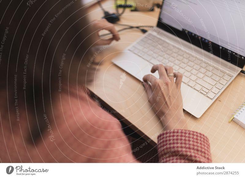 Frau mit Laptop am Arbeitsplatz Notebook benutzend Büro Aktion Arbeit & Erwerbstätigkeit Notizbuch Dame Tisch sitzen Gerät Apparatur Verbindung Browsen