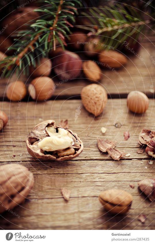 Nüsse knacken Feste & Feiern Weihnachten & Advent lecker braun Nuss Holztisch Tannenzweig Haselnuss Mandel Walnuss Nussschale Foodfotografie nußbraun Farbfoto