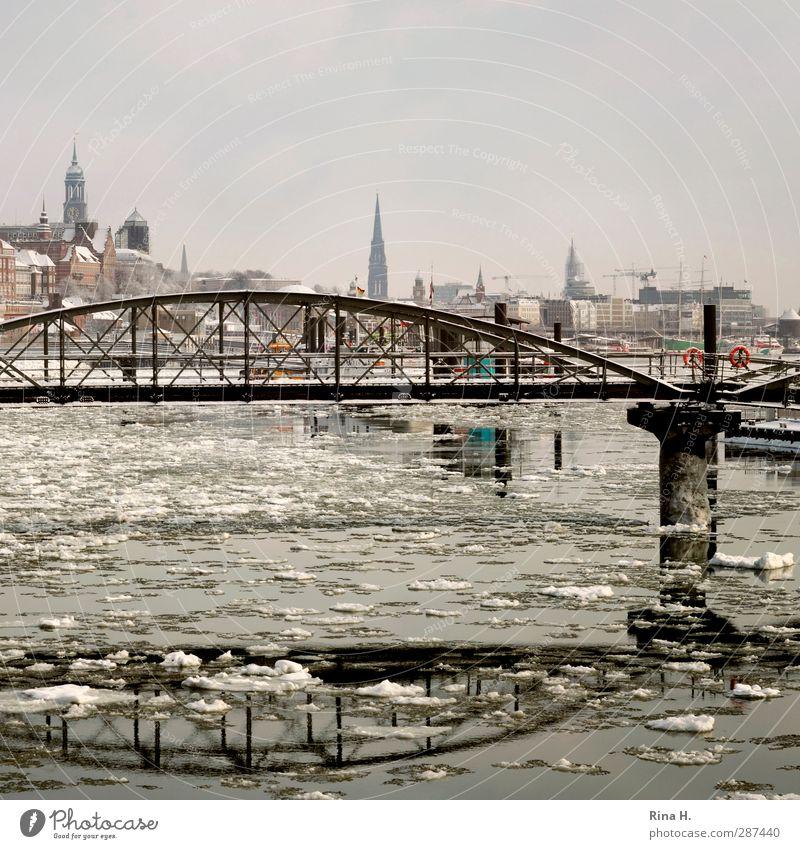 Hamburger Hafen mit Eisschollen Winter Schönes Wetter Fluss Hafenstadt glänzend kalt Fernweh Skyline Elbe Brücke Sehenswürdigkeit Farbfoto Außenaufnahme