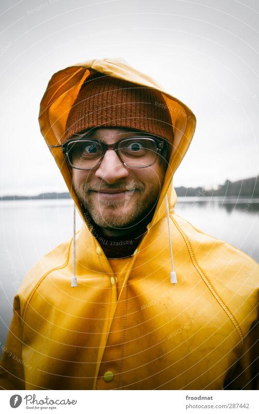 nerzissist Mensch Mann Jugendliche Wolken Winter Erwachsene Herbst Junger Mann lustig Küste See Regen maskulin Lächeln verrückt Bekleidung