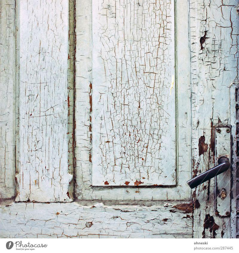 Zahn der Zeit Tür Türschloss Farbstoff Maserung Holz Schloss alt grau Eingang Griff Farbfoto Gedeckte Farben Außenaufnahme Muster Strukturen & Formen