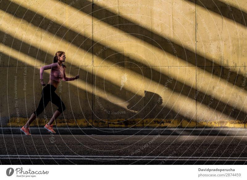 Junge, fitte, blonde Frau, die auf der Straße läuft. rennen üben Fitness Lifestyle Bewegung Aktion