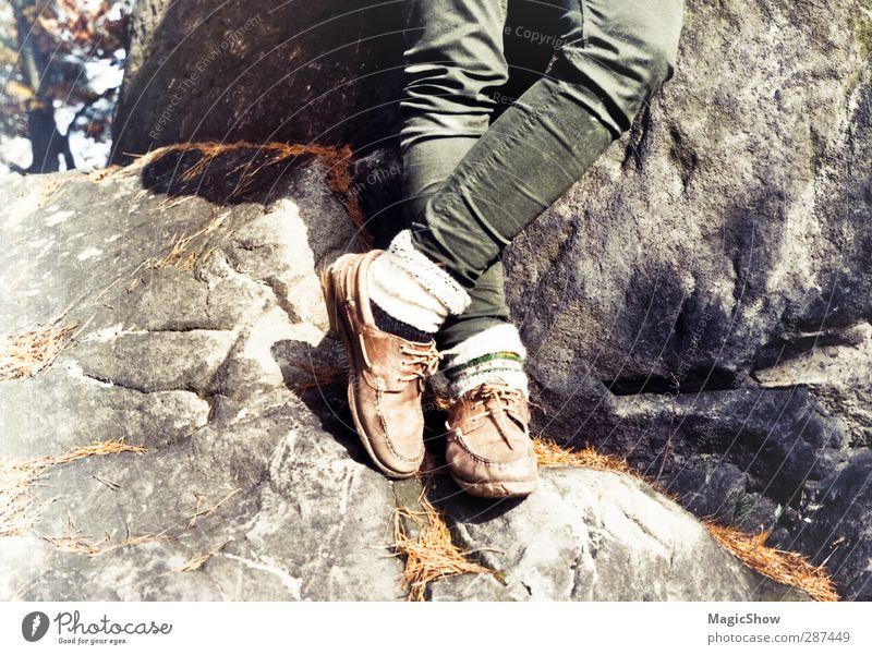 Wanderlust Mensch Natur alt Sommer Baum Landschaft Berge u. Gebirge Herbst grau Freiheit Beine Felsen braun wandern stehen Ausflug