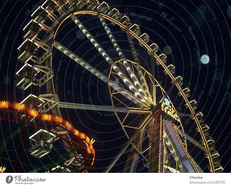 Riesenrad Licht Jahrmarkt Nacht Lampe dunkel schwarz Attraktion Regen