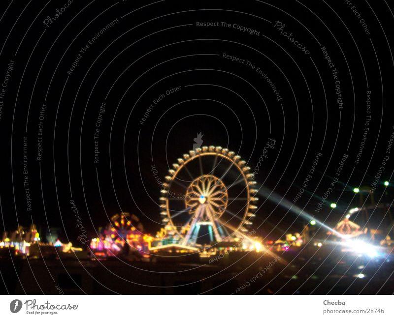 Kirmes-Panorama dunkel Jahrmarkt Riesenrad Achterbahn Attraktion