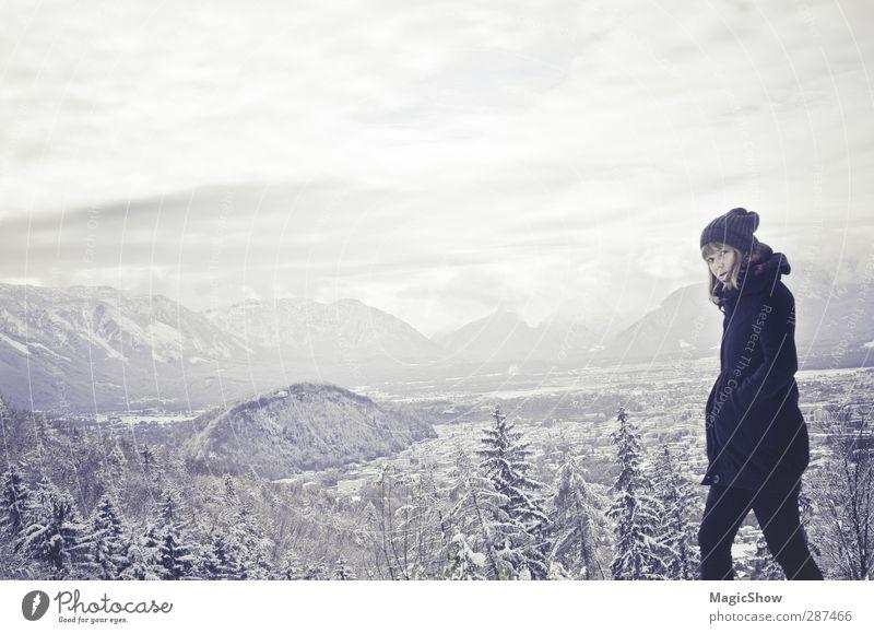 IN DIE WILDNIS!! Frau Erwachsene 1 Mensch Natur Landschaft Winter Wald Alpen Berge u. Gebirge Salzburg kapuzinerberg Mantel Mütze ästhetisch hell blau schwarz