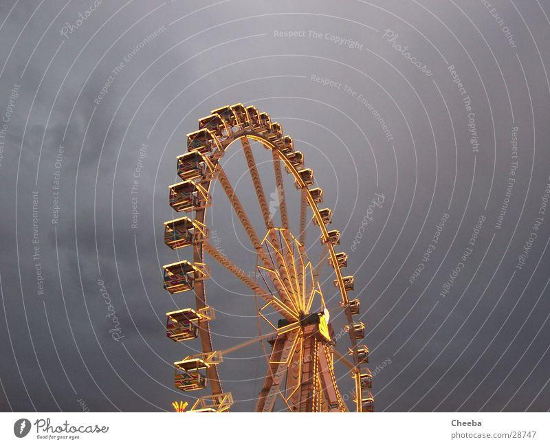 Psychedelic Riesenrad come Licht groß Dämmerung Jahrmarkt Himmel hoch Feste & Feiern