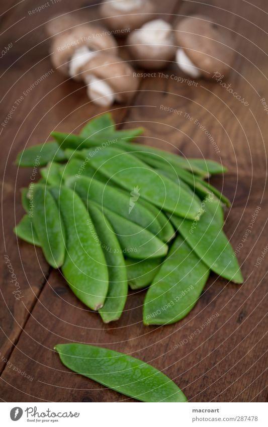 Pilze und Zuckerschoten grün Holz frisch Ernährung Kochen & Garen & Backen Gemüse Pilz Holztisch Zutaten roh Erbsen Hülsenfrüchte Champignons Zuckererbsen