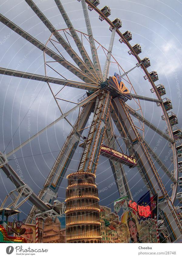 Riesenrad von Pisa Himmel groß Turm rund Jahrmarkt Neigung PISA-Studie