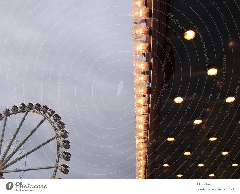 Riesenrad_Lichter Lampe Dämmerung groß Jahrmarkt Himmel hell