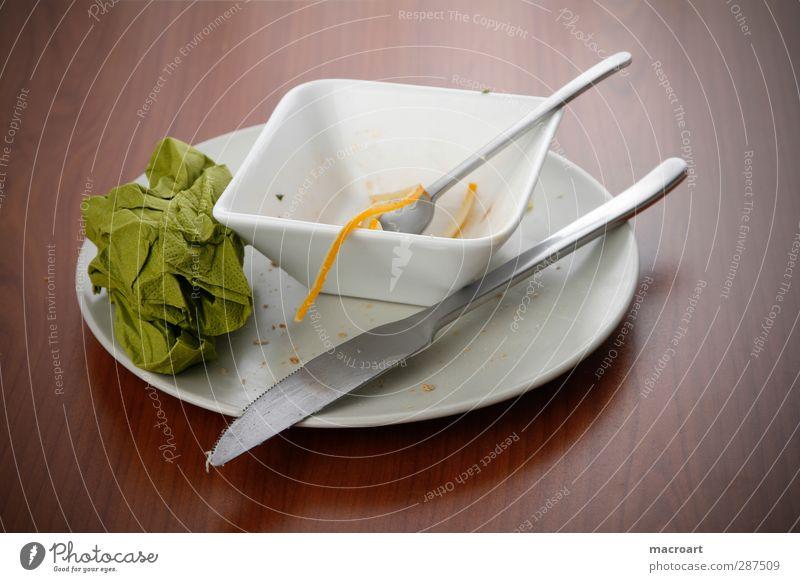 teller und schüssel mit essenresten Teller Schalen & Schüsseln Speiserest Rest Essen Messer Gabel Serviette grün Stoff Löffel Käse Holztisch braun Knäuel