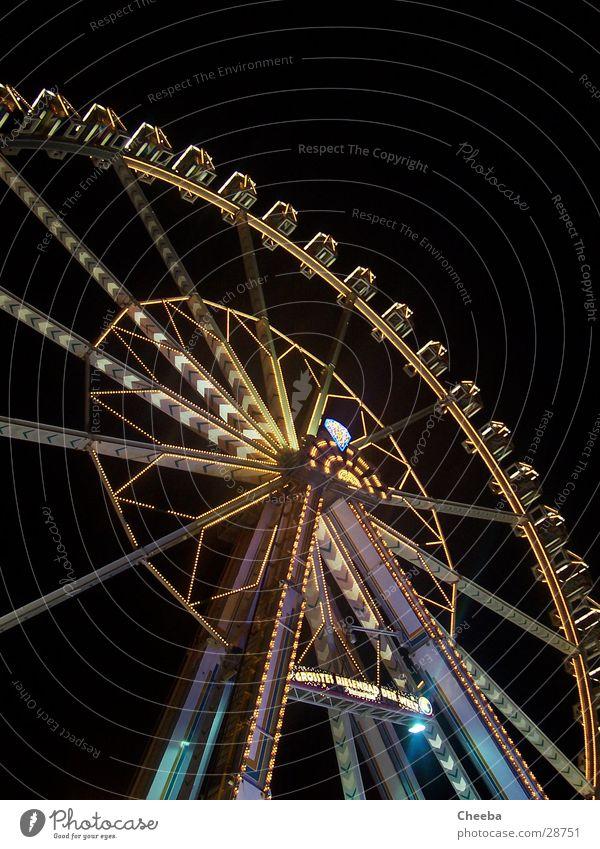 Riesenrad Jahrmarkt groß rund Nacht dunkel Stahl Koloss hoch Licht Niveau