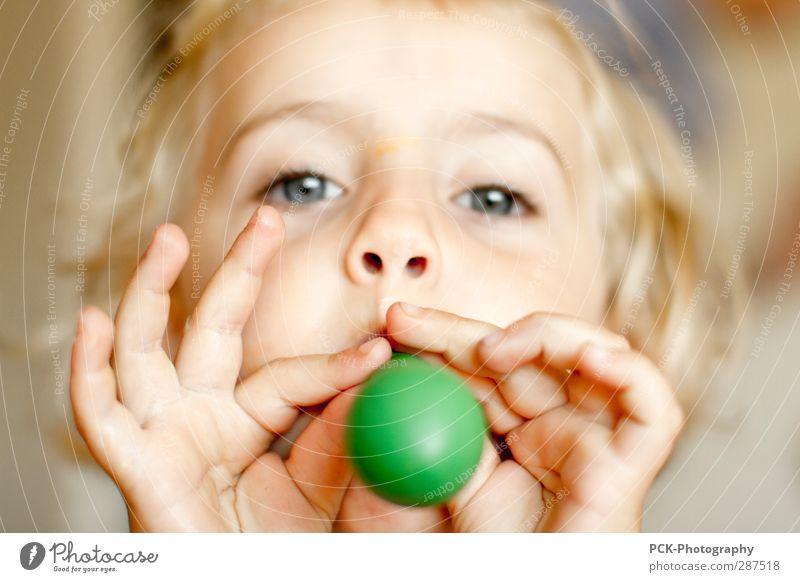Luftballon Mensch Kind grün Hand Mädchen Gesicht Auge feminin Spielen Haare & Frisuren Kopf Kindheit blond Mund Nase
