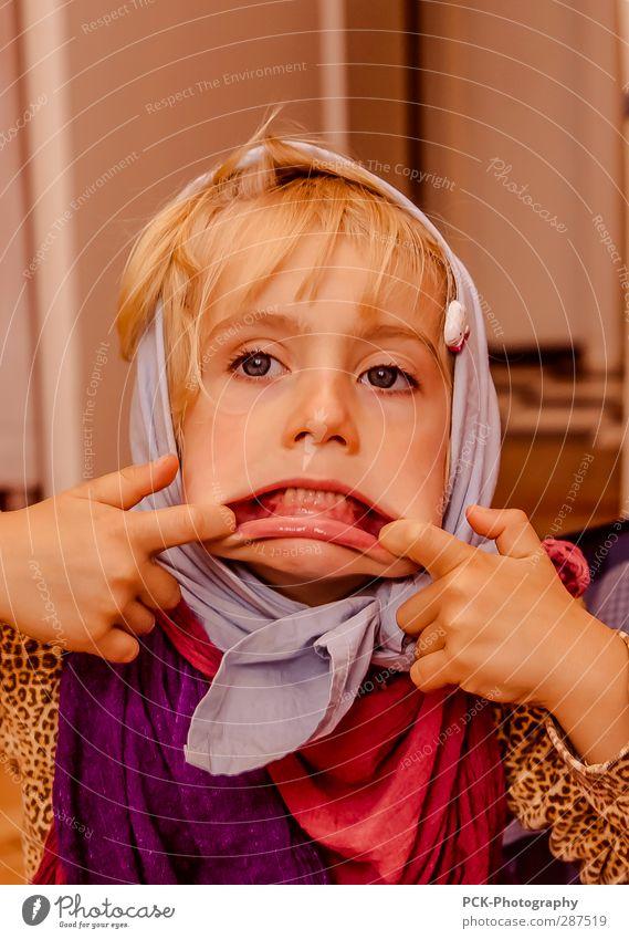 Hexe Mensch feminin Kind Kleinkind Mädchen 3-8 Jahre Kindheit Kopftuch blond Blick Spielen frech Freude verkleidet verkleiden Zähne zeigen Gebiss Lippen