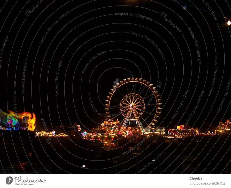 Riesenrad-Panorama 2 Nacht Licht mehrfarbig dunkel Attraktion Achterbahn Jahrmarkt