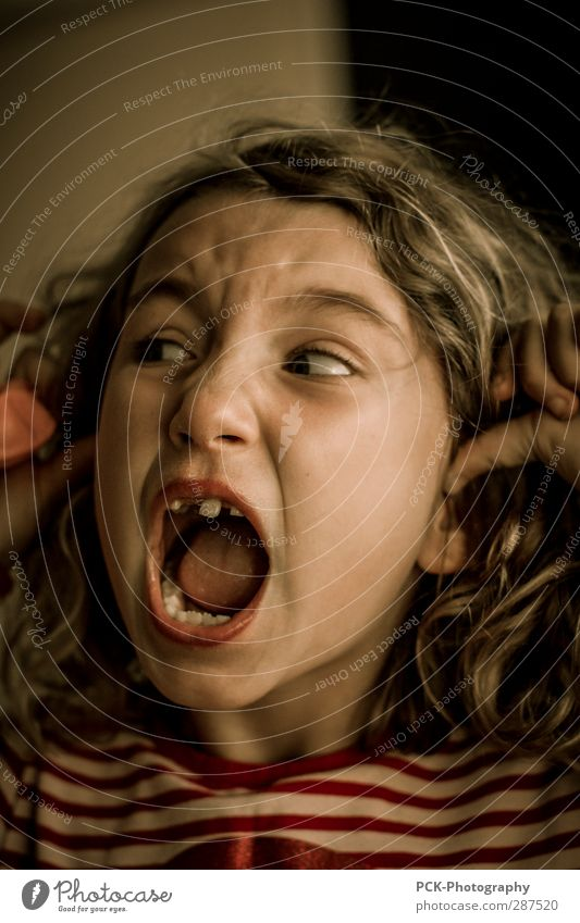 Hör auf feminin Kind Kleinkind Mädchen Schwester Kindheit atmen hören schreien Konflikt & Streit bedrohlich verrückt Wut Gefühle träumen Angst Entsetzen