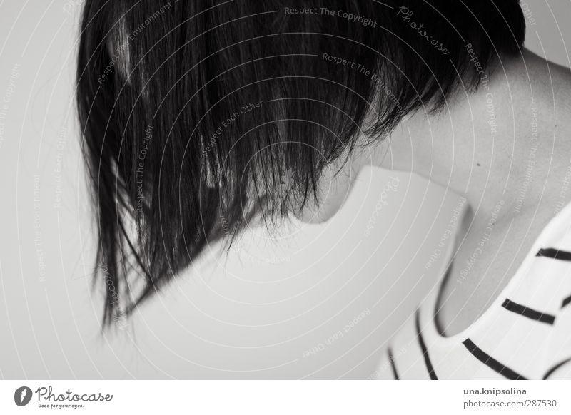 kopfüber in schräglage schön Haare & Frisuren Frau Erwachsene 1 Mensch 18-30 Jahre Jugendliche brünett langhaarig Denken hängen Traurigkeit dunkel Gefühle ruhig