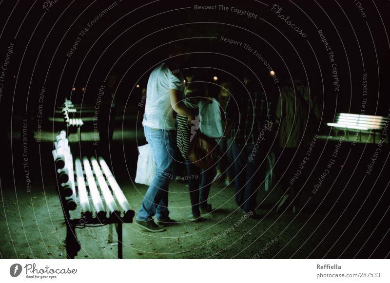 nights out. Jugendliche Erwachsene Junge Frau dunkel feminin Junger Mann Bewegung Menschengruppe 18-30 Jahre Lampe Park maskulin laufen leuchten T-Shirt Bank