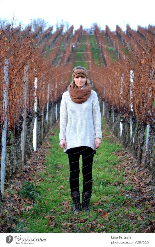 head up Mensch Jugendliche Landschaft Erwachsene Junge Frau Herbst 18-30 Jahre stehen brünett Piercing Pony Schal Weinberg Stirnband
