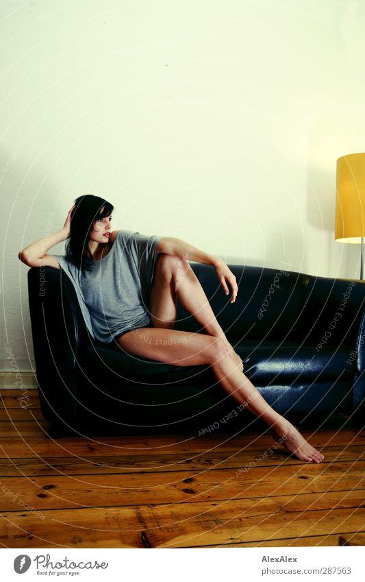 Erwartungshaltung Jugendliche schön Erwachsene Junge Frau Erotik Holz 18-30 Jahre Beine sitzen groß warten ästhetisch Hoffnung T-Shirt Fitness dünn
