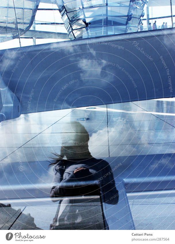 Spiegelwelten feminin 1 Mensch Menschengruppe Schönes Wetter groß dünn blau Himmel Wolken Boden Linie Spiegelbild Reflexion & Spiegelung Gebäude Architektur