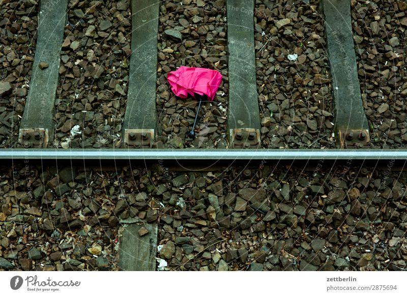 Schirm im Gleisbett Regenschirm verlieren verloren liegen Fundstück Fundstelle Bahnhof Berlin Eisenbahn Menschenleer Öffentlicher Personennahverkehr S-Bahn