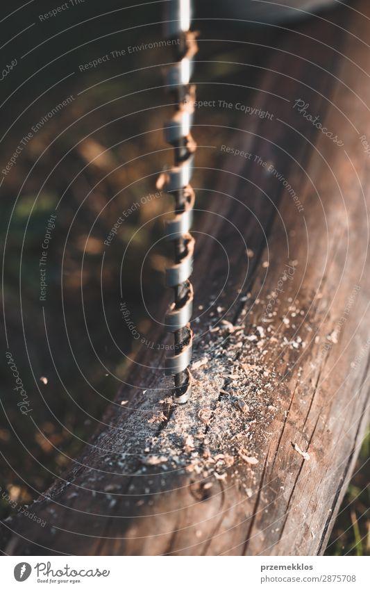 Bohren von Löchern in Holz bei der Gartenarbeit Sommer Haus Arbeit & Erwerbstätigkeit Handwerk Werkzeug Mensch Mann Erwachsene Gras Gebäude nah 35-40 Jahre