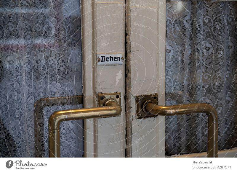 Zieh doch! alt weiß grau Tür Schilder & Markierungen Schriftzeichen Hinweisschild Café Eingang Vorhang Spitze Griff ziehen anziehen Eingangstür Messing