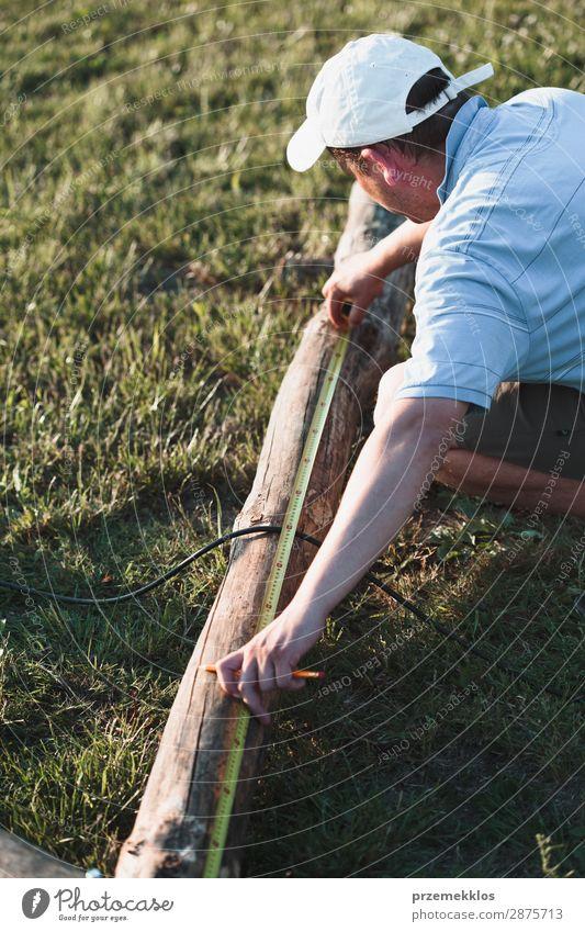 Mann mit Stahlband im Garten Sommer Arbeit & Erwerbstätigkeit Handwerk Werkzeug Mensch Erwachsene Gras Gebäude Hut Holz weiß Schutz Präzision 35-40 Jahre