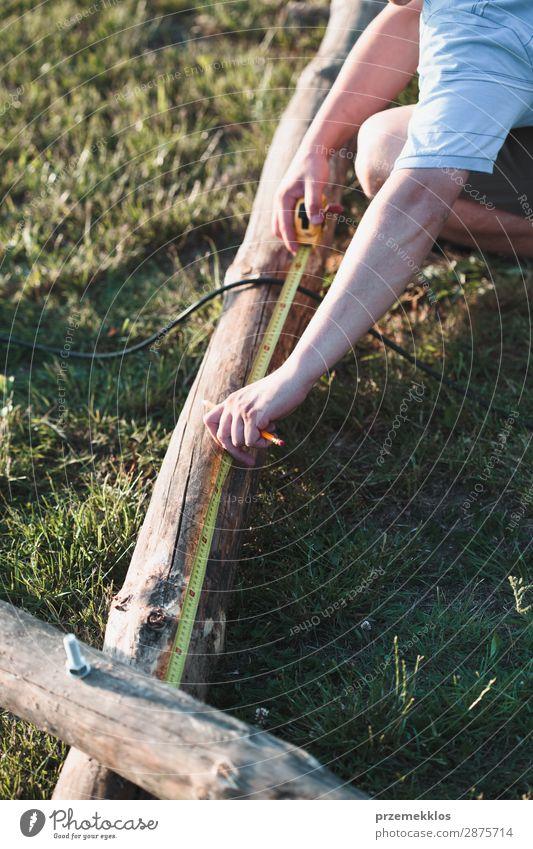 Mann mit Stahlbandmaßstab Sommer Garten Arbeit & Erwerbstätigkeit Handwerk Werkzeug Mensch Erwachsene Gras Gebäude Holz weiß Schutz Präzision 35-40 Jahre