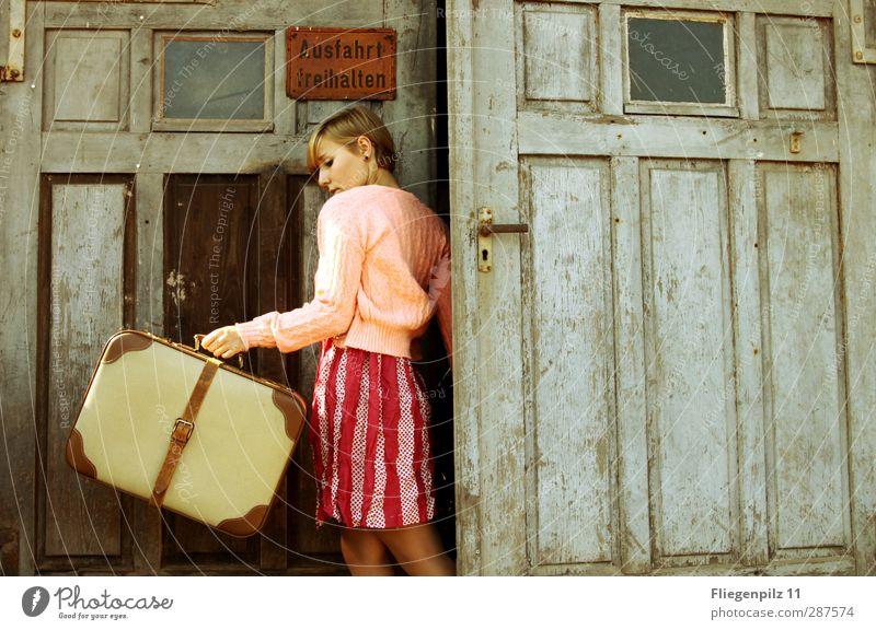 und raus elegant Stil Ausflug Umzug (Wohnungswechsel) Junge Frau Jugendliche Körper 1 Mensch 18-30 Jahre Erwachsene Tor Tür Mode Bekleidung Kleid Pullover