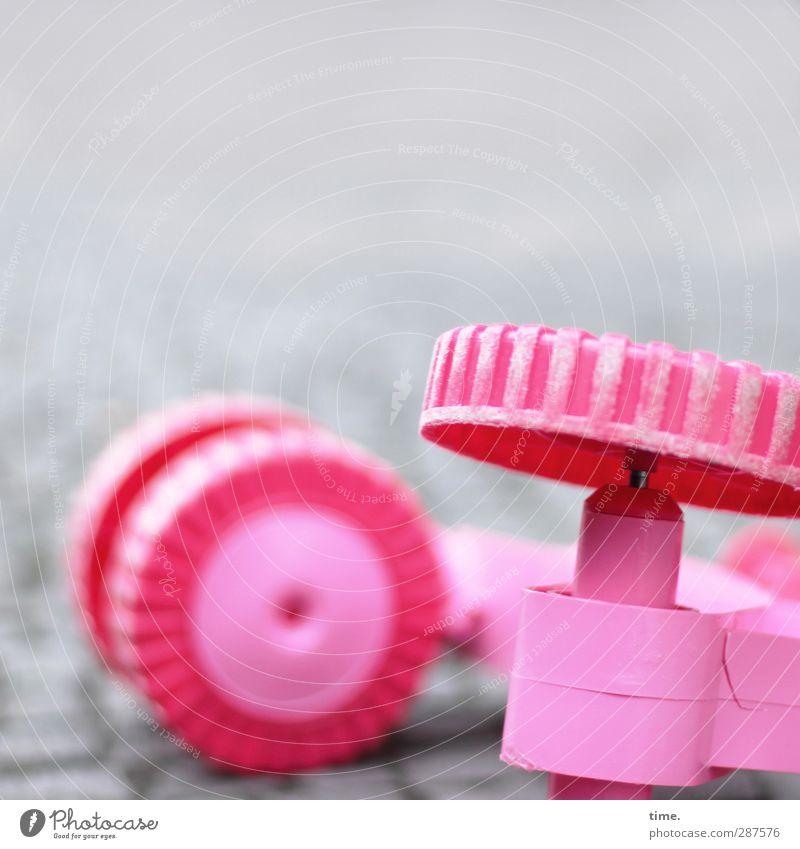 umdefaln Straße Kopfsteinpflaster Pflastersteine Tretroller Rad Felge Spielzeug Kunststoff liegen Armut kaputt niedlich rund sportlich rosa Missgeschick