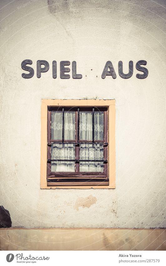 Spiel aus Haus Mauer Wand Fenster Schriftzeichen alt braun gelb schwarz weiß Endzeitstimmung Farbfoto Gedeckte Farben Außenaufnahme Detailaufnahme Menschenleer