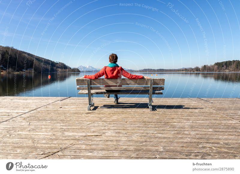 Frühlingstag, Erholung am See Frau Mensch Ferien & Urlaub & Reisen blau Landschaft Einsamkeit ruhig Erwachsene Herbst Glück träumen sitzen Arme