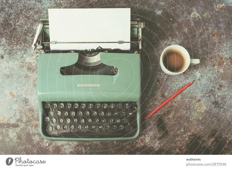 alte Schreibmaschine neben einer Tasse Kaffee trinken Heißgetränk Latte Macchiato Espresso Lifestyle Schreibtisch Arbeit & Erwerbstätigkeit Büro Papier